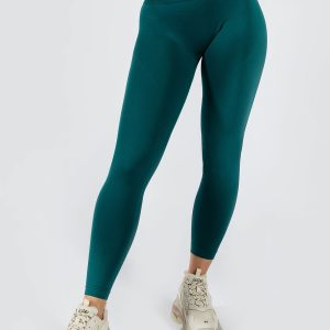 fit model wearing seamless legging in emerald colour