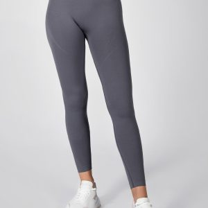 fit model posing in seamless legging in thunder grey colour