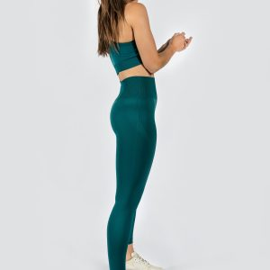 model wearing women's yoga pants and seamless sports bra in emerald colour