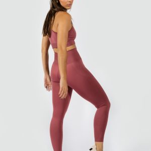 woman wearing seamless yoga set in rouge pink colour