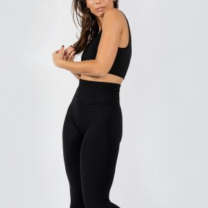model posing in seamless yoga set in black colour