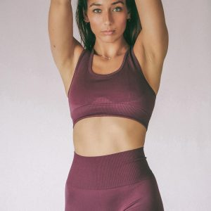 woman wearing Muki seamless yoga set in grape colour