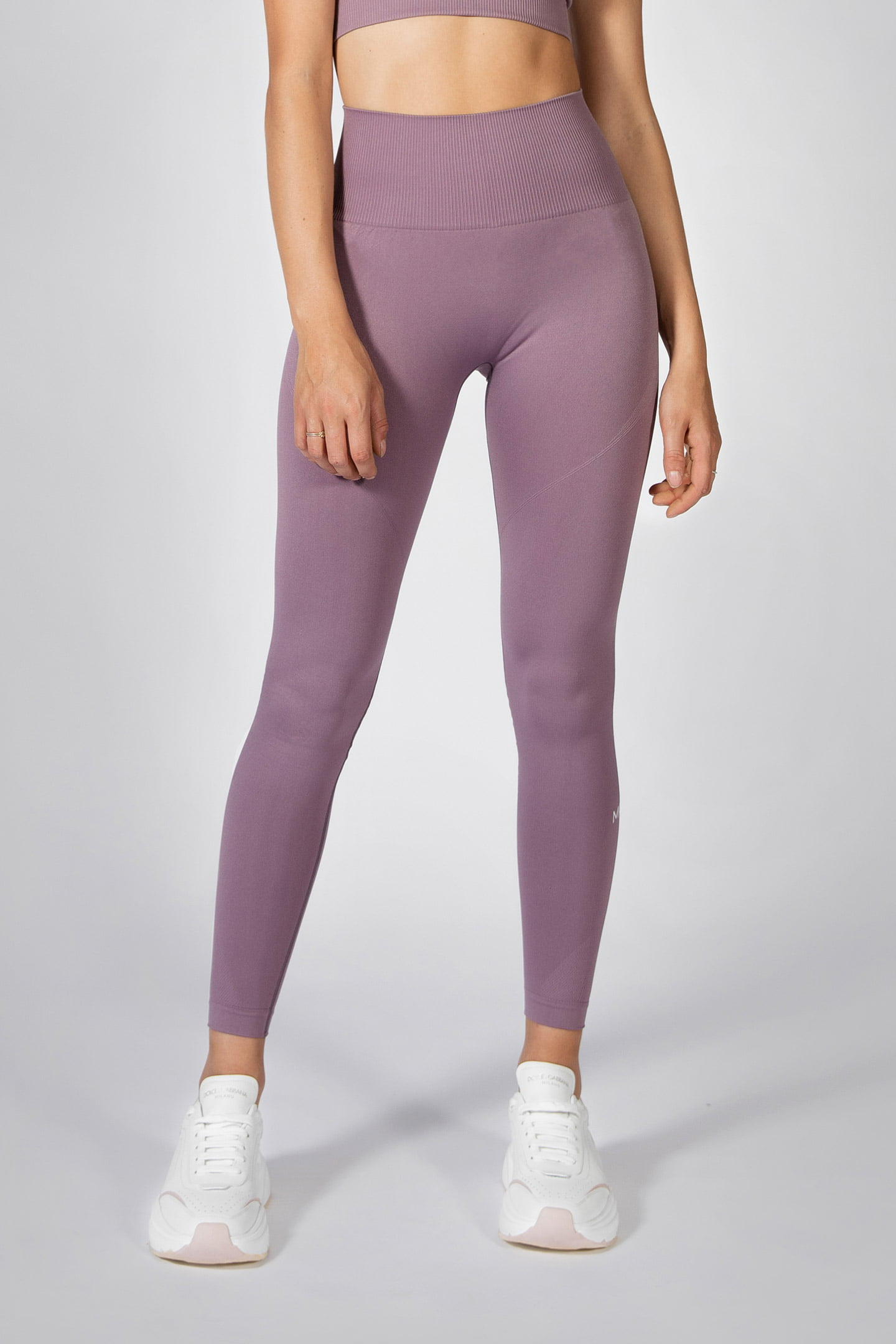 fit girl posing in seamless legging in mauve colour