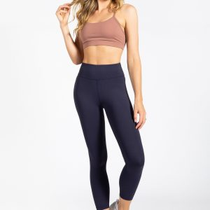 fit girl wearing muki yoga pant in navy colour