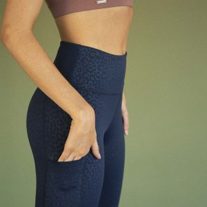 high-waist yoga pant with side pockets and leopard print in dark navy colour