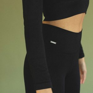 long sleeve sports crop top in black colour